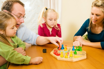 Family_playing_board_game